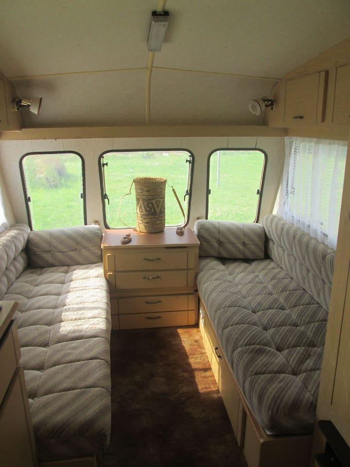 2 sofas la journée qui peuvent être utilisés en couchage la nuit