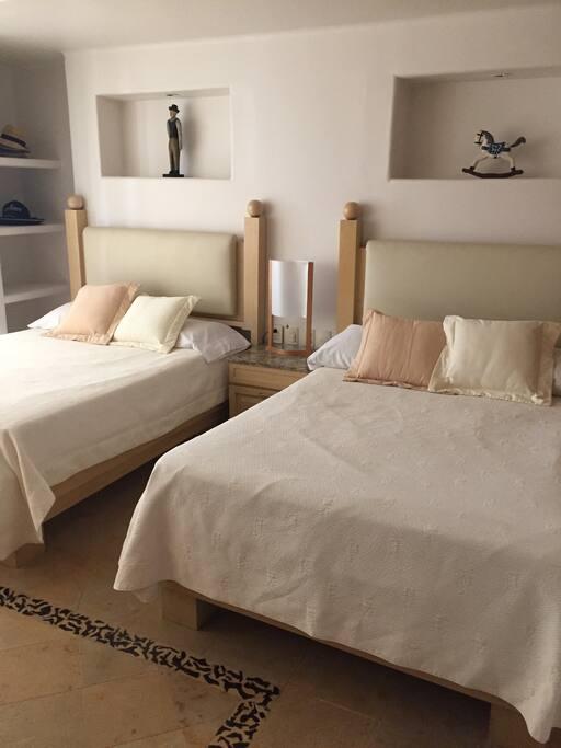 Recámara 3 cuenta con 2 camas matrimoniales T.V. De Plasma. Baño completo.