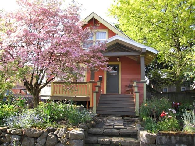 Lovely Art Filled Inner-NE Bungalow - Portland - Casa