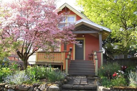 Lovely Art Filled Inner-NE Bungalow - Portland - House