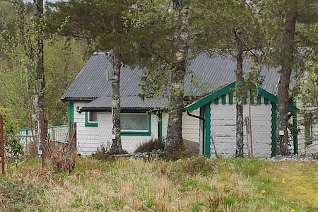 Hytte ved sjøen i Svindalsvegen like ved E39