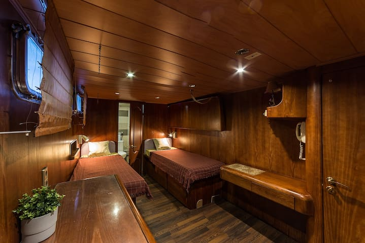 Замечательный 3-х местный номер на яхте Broward