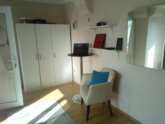 Cozy room in centre of Üsküdar with balcony