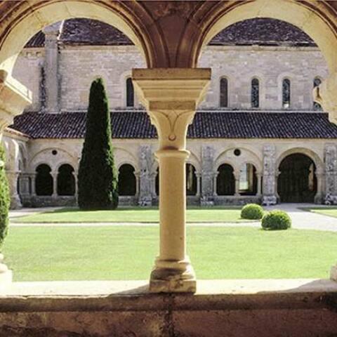 Dans un autre style L'abbaye de Fontenay, près des sources de la Seine.