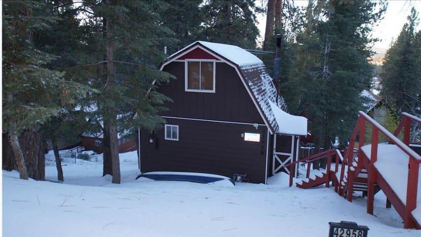 CLOSE TO THE LAKE!! And the slopes! - Big Bear Lake - House