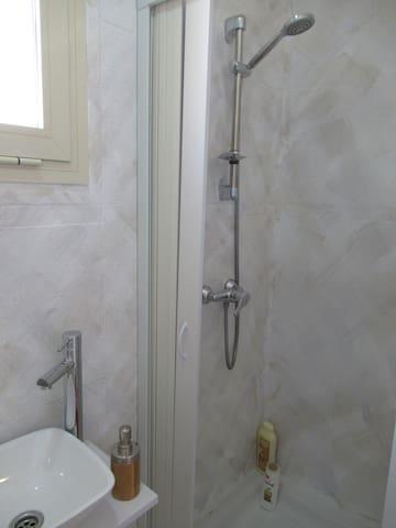 Baño 2 con ducha y ventanal con vistas a La Alcazaba Romana. Toallas, gel, champú, secador de pelo...