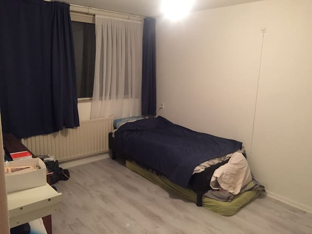 Room 15 min from Amsterdam central - Zaandam - Casa