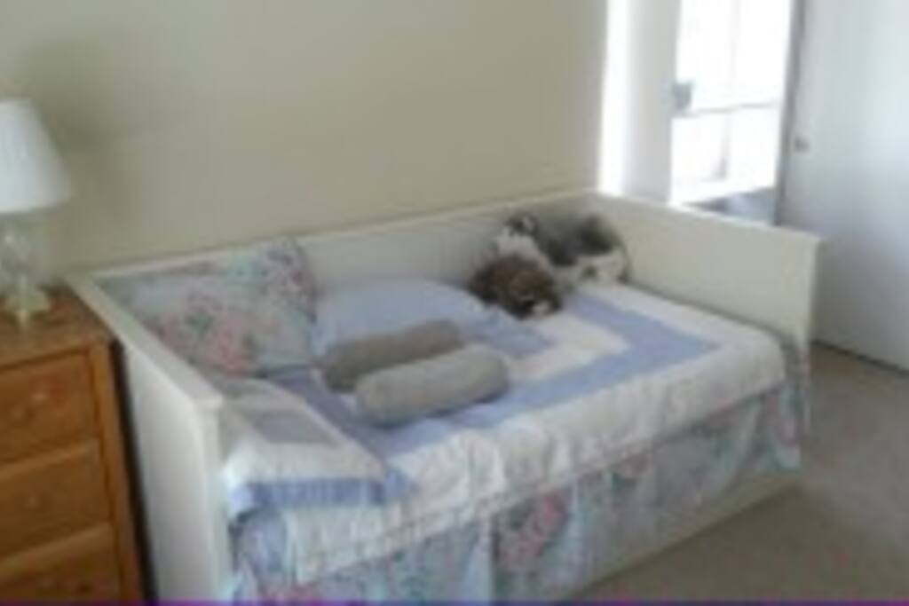 2nd Bedroom...Daybed to King Size