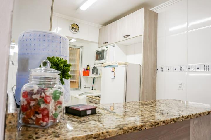 Balcão americano, dividindo a cozinha das salas.