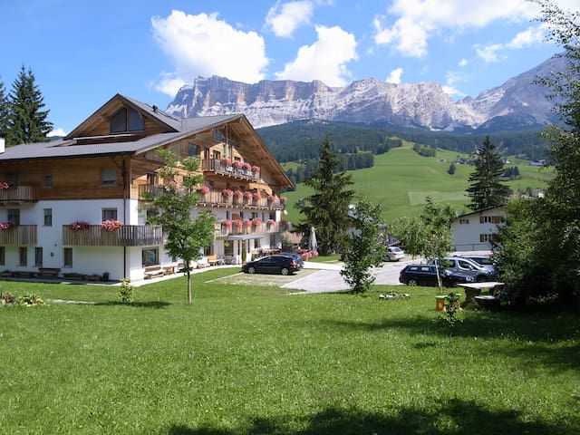 Gorgeous Dolomites Views, cozy apartment - Badia