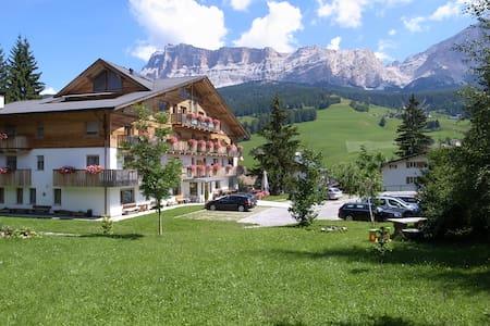 Gorgeous Dolomites Views, cozy apartment - Badia - Apartamento