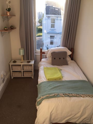 Sunny single room close to city centre/uni & sea.