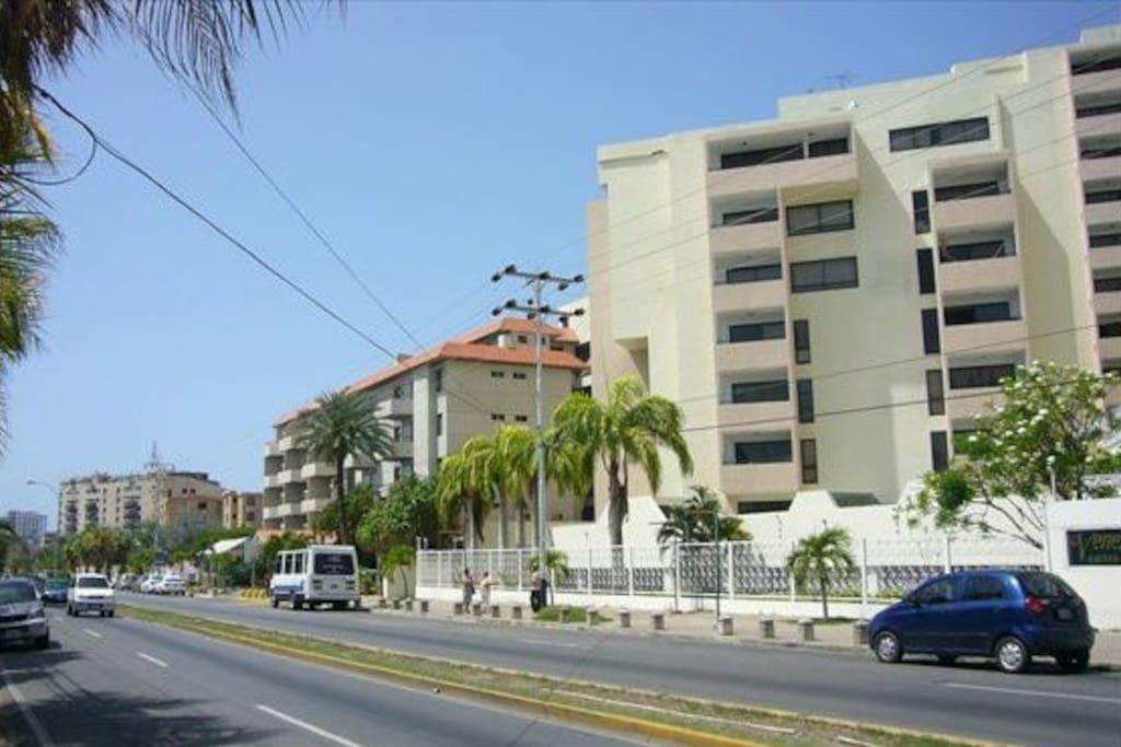 Edificio y la Avenida Aldonza Manrique con Hotel al lado