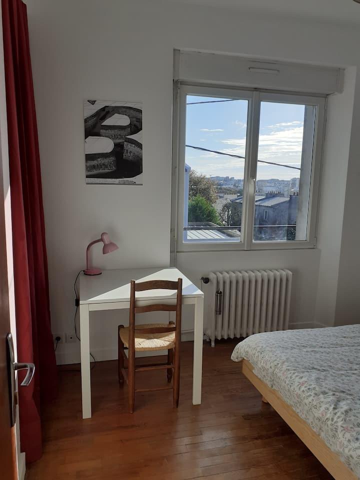 Chambre rouge à Brest la blanche