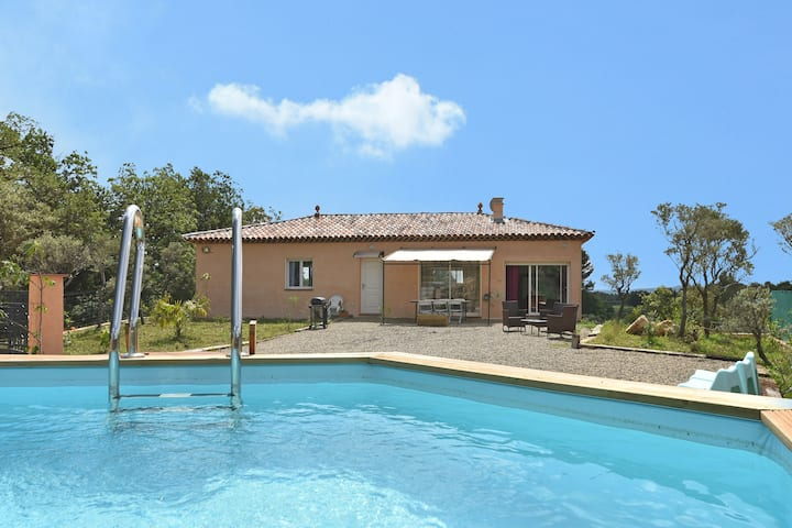 Single-storey air-conditioned villa with private pool within walking distance of village