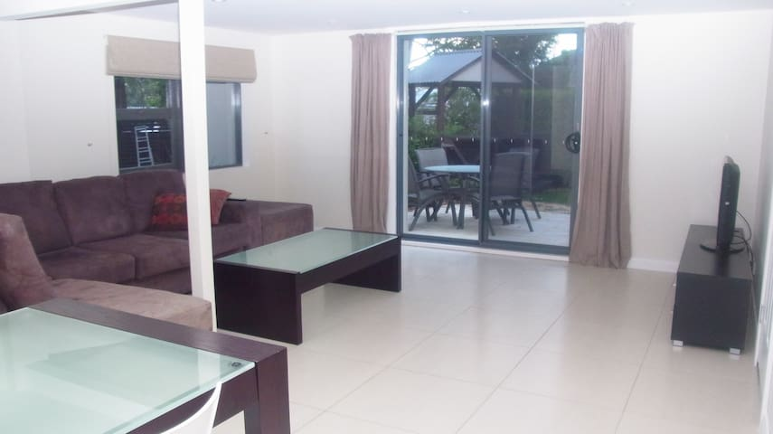 3/4 Bed duplex quiet secluded place 5 mins to H20