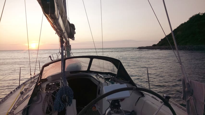 Island romance on the sailing yacht