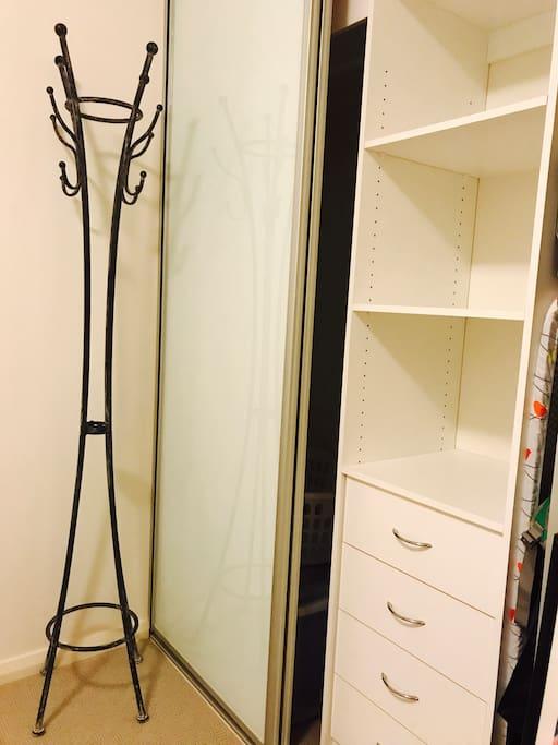 为你提供入墙式衣柜和熨衣板、电熨斗,方便旅行衣物的存放和打理