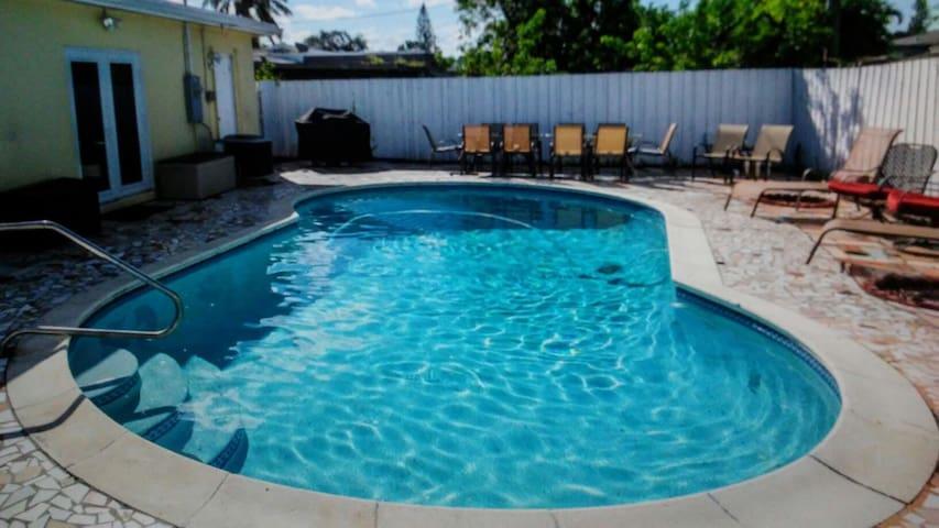 *Amazing Hollywood Pool House 5b/3bth  Sleeps 16~*