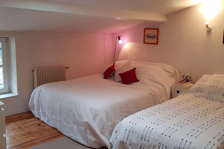 Votre chambre de 15 m2, au 2e étage d'une maison de bourg.