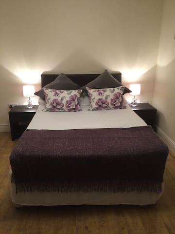 Ensuite Double Bedroom TV Convenient Location - Cardiff