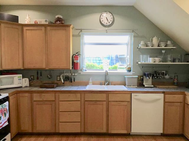 Perfect for families! 3BR 2BA - Walk to Fremont