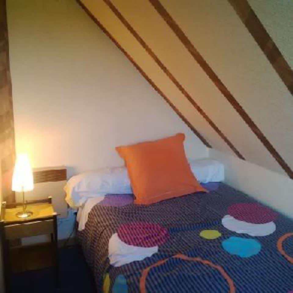 Un lit confortable en 120 cm ...