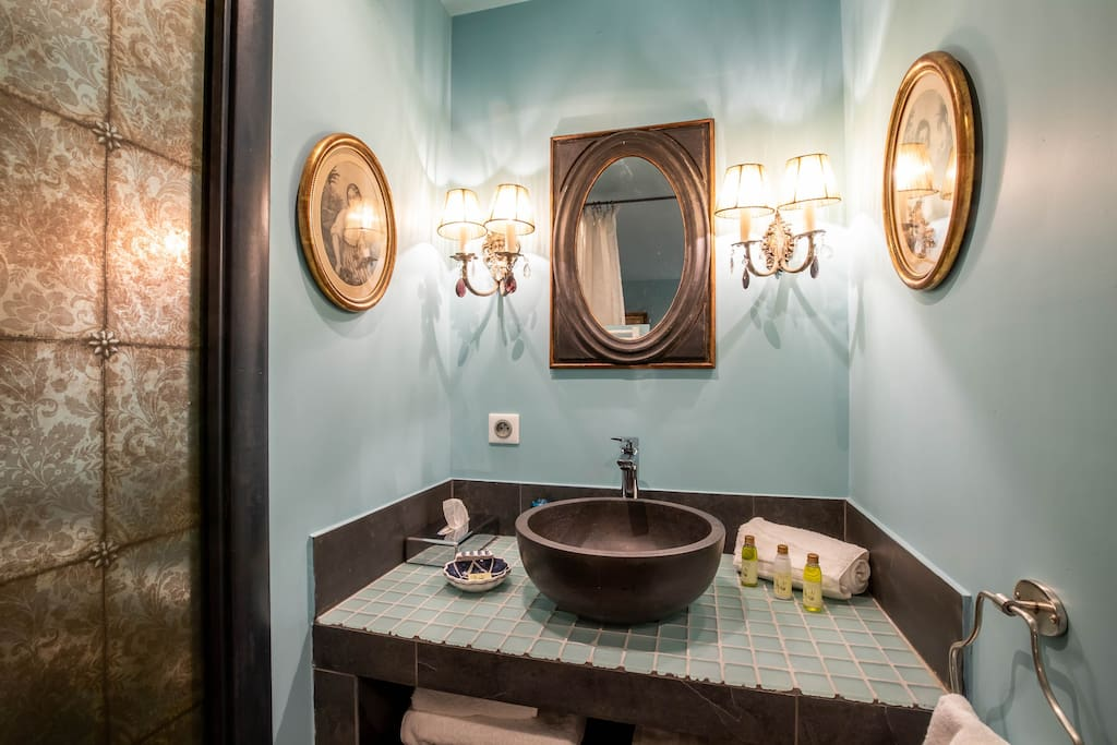 La pièce d'eau est pratique et esthétique avec sa vasque en marbre noir