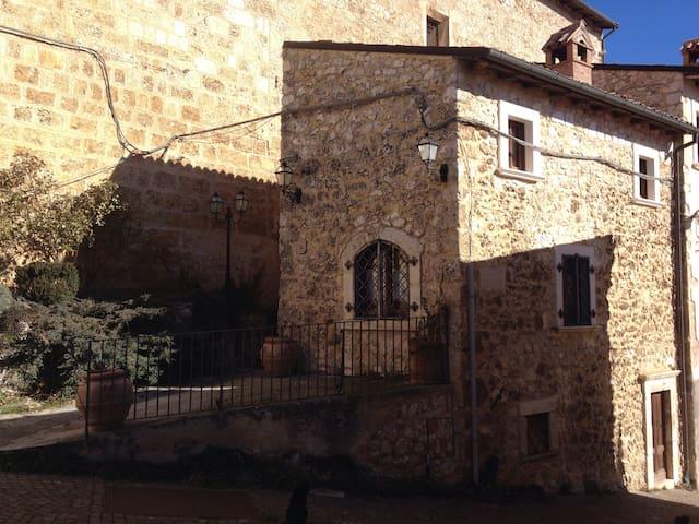 A wi-fi stay in medieval age - Castelvecchio Calvisio - House
