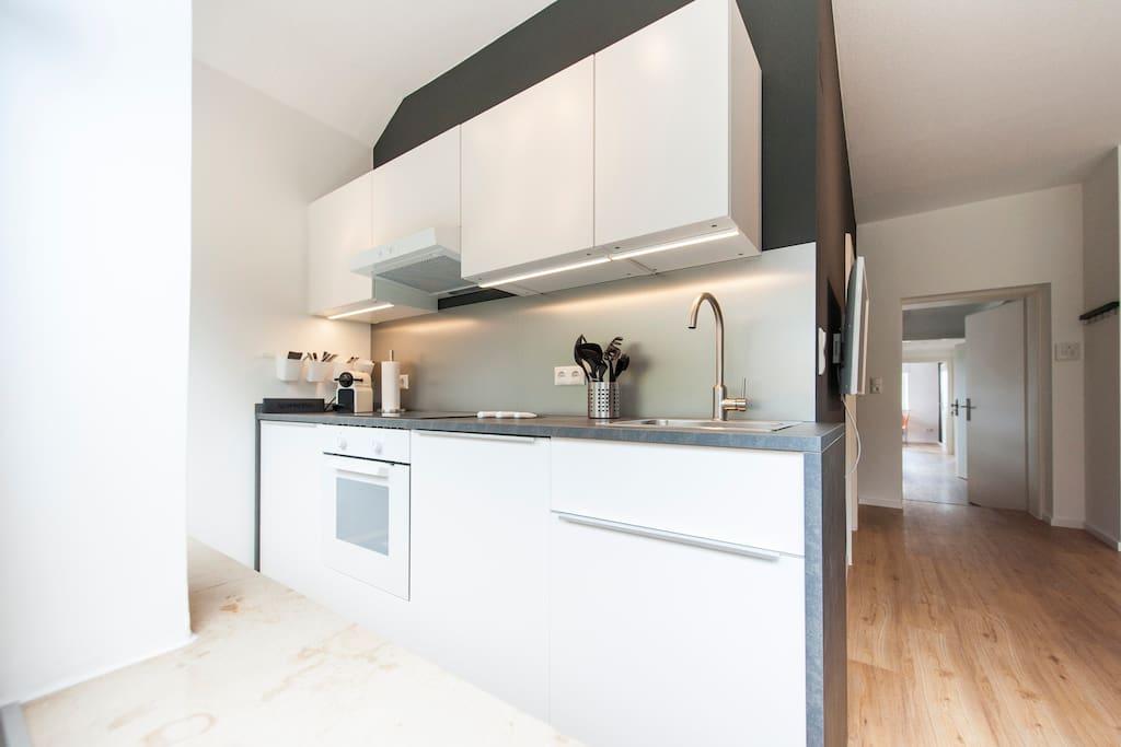 Praktische Küche mit Spülmaschine, Herd und Nespresso-Maschine