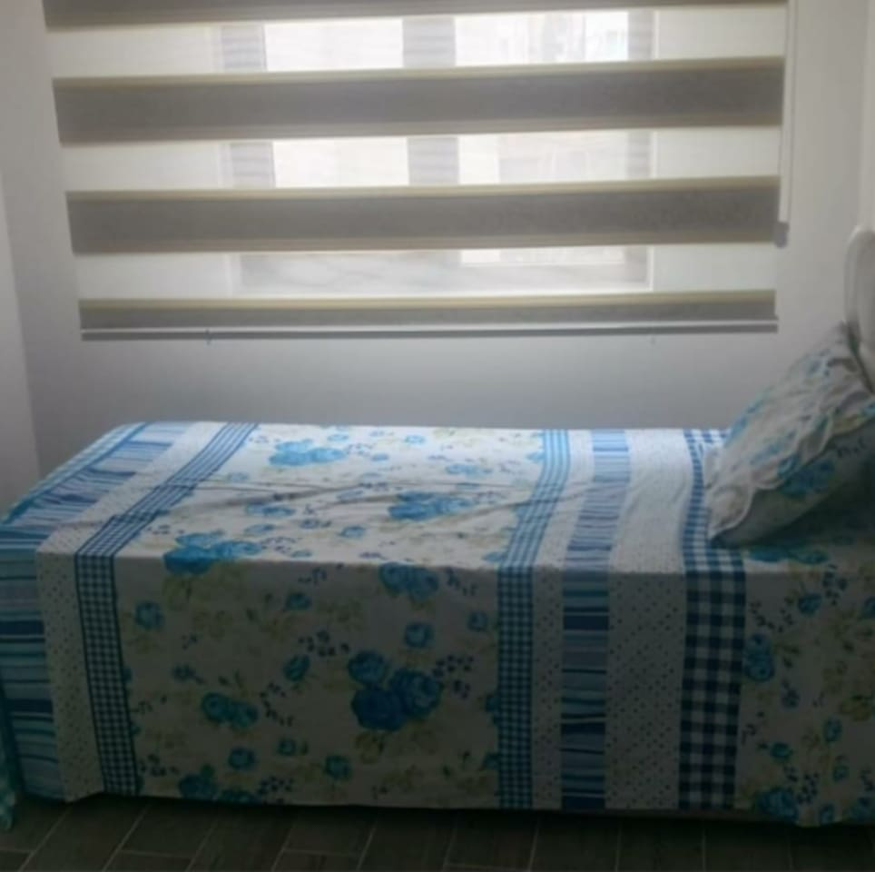 tek kişilik yatak odasıdır.yatak yenidir.çarşaflar yeni değiştirilmiştir.odada kire dair hiçbirşey yoktur.odada ısıtıcı vardır.temiz ferah bir odadadır.
