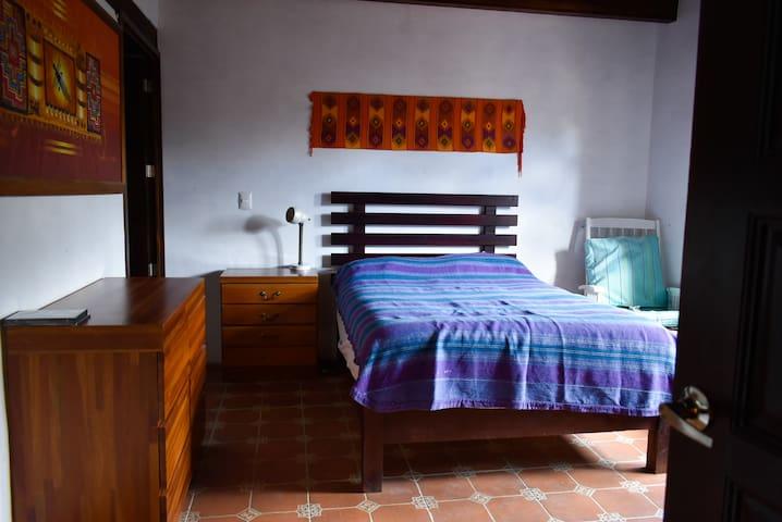 Recámara en casa de adobe San Lorenzo Cacao Oaxaca