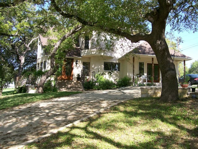 Ramsay House 2 Suites, Kayaks, Hot tub, River! - Wimberley - Flat