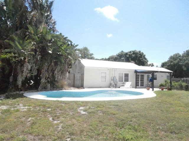 4 Bedroom house w/ pool & sauna! 10min from Ocean.