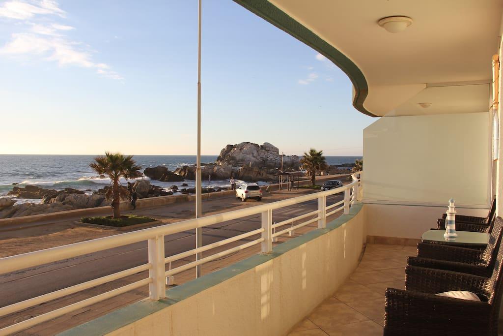 Vista privilegiada al mar desde balcón