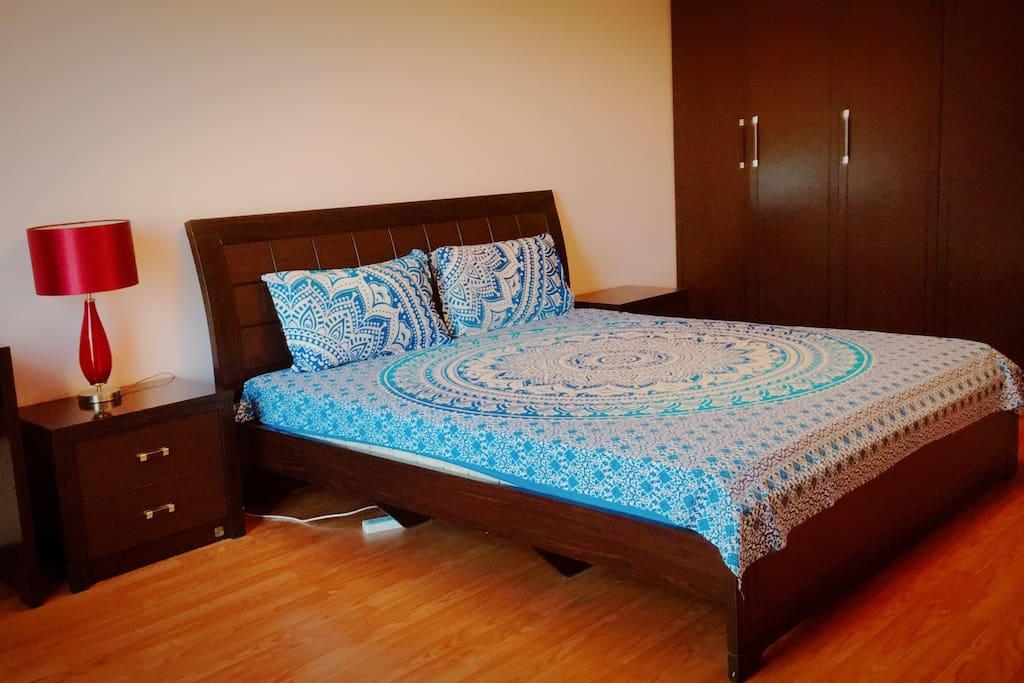 房间带阳台 独立卫生间 梳妆台 床头柜 衣柜 大床2X1.8 房间面积约为30平米