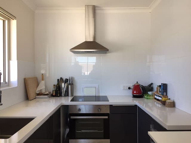 One bedroom in beachfront apartment - Clovelly