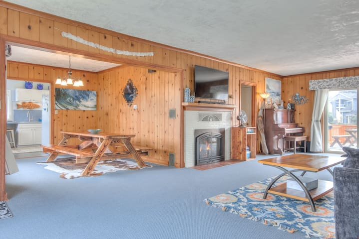 The Nordic House in the Cove - Quiet Surfer's Cove Seaside 5-Bedroom has Amenities Galore, Including Sauna!