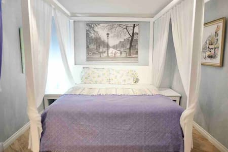 AIRPORT ~ FREE PARKING ~ KING SIZE BED (Blueberry)
