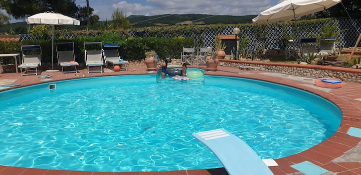 Tuscan Villa, private pool and tennis court. Garden,wi-fi, A/c, Pet friendly