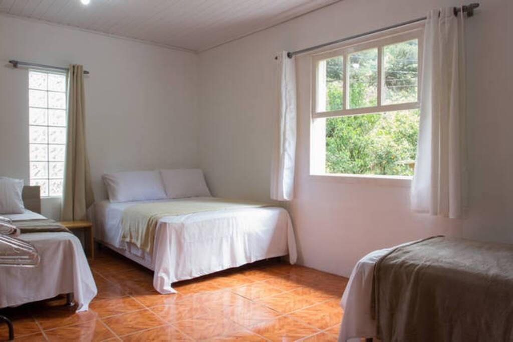 Quarto com 01 cama de casal, banheiro compartilhado. Incluso o café da manhã.