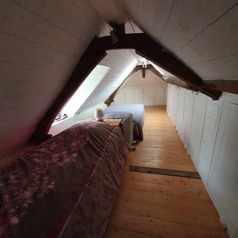 Chambre sous les combles avec 2 lits simples