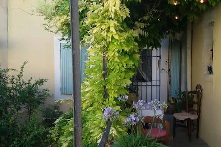 Bel appartement dans maison de village - Domazan