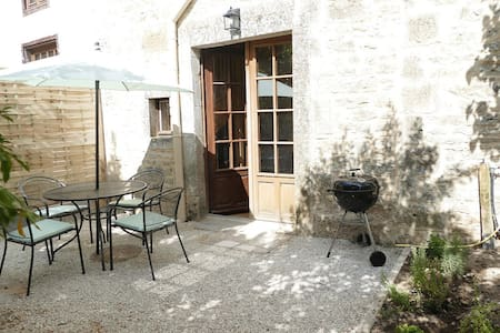 Gite located in the heart of a picturesque village - Nanteuil-en-Vallée - บ้าน
