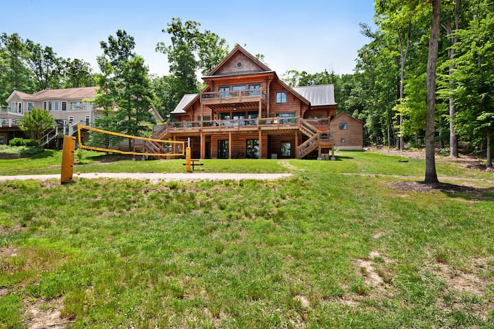 Luxury cabin w/ boat dock, private hot tub, game room, gym, & firepit - dogs OK