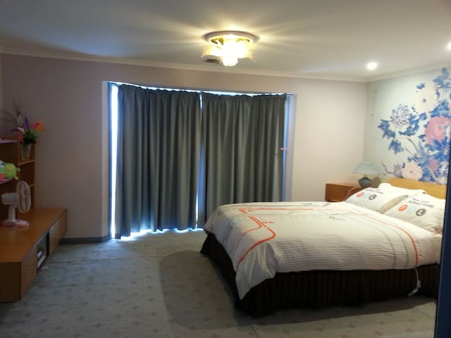 Master bedroom/ensuite in Springvale free wifi - Springvale