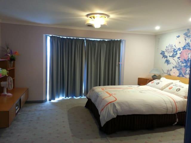 Master bedroom/ensuite in Springvale free wifi - Springvale - House