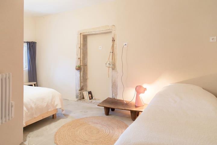 La chambre 2:  deux lits simples taille 80  x200 . Literie neuve.