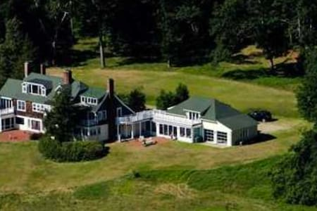 Historic family home with acres of meadows & River - Concord - House
