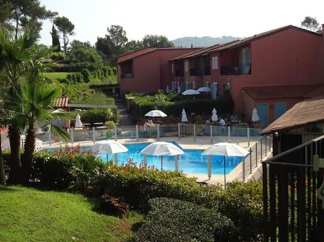 Calme sur la Côte d'Azur à l'écart des touristes